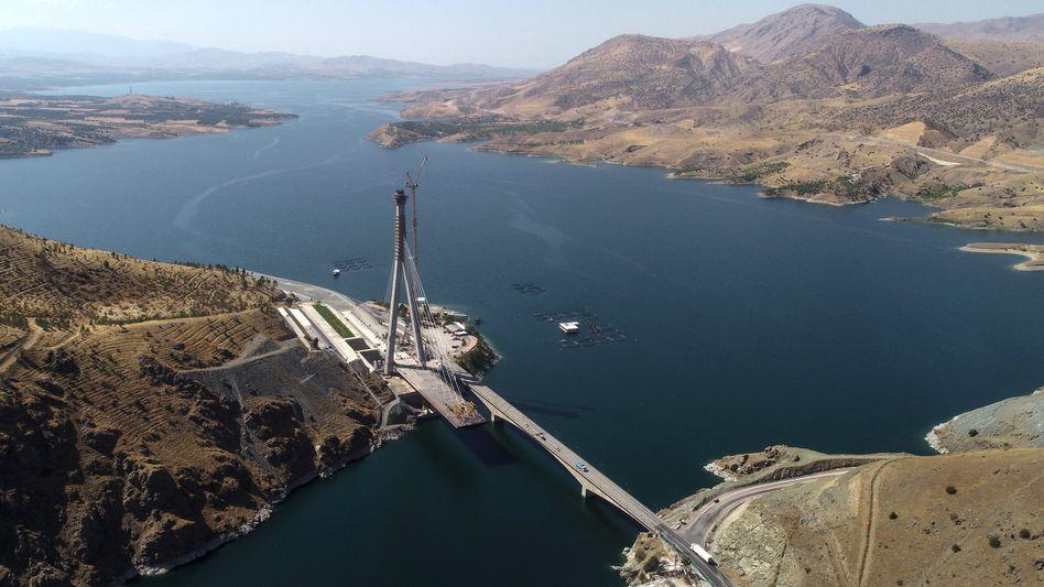 Brücke über den gestauten Euphrat in der Türkei: Wasser bedeutet Macht