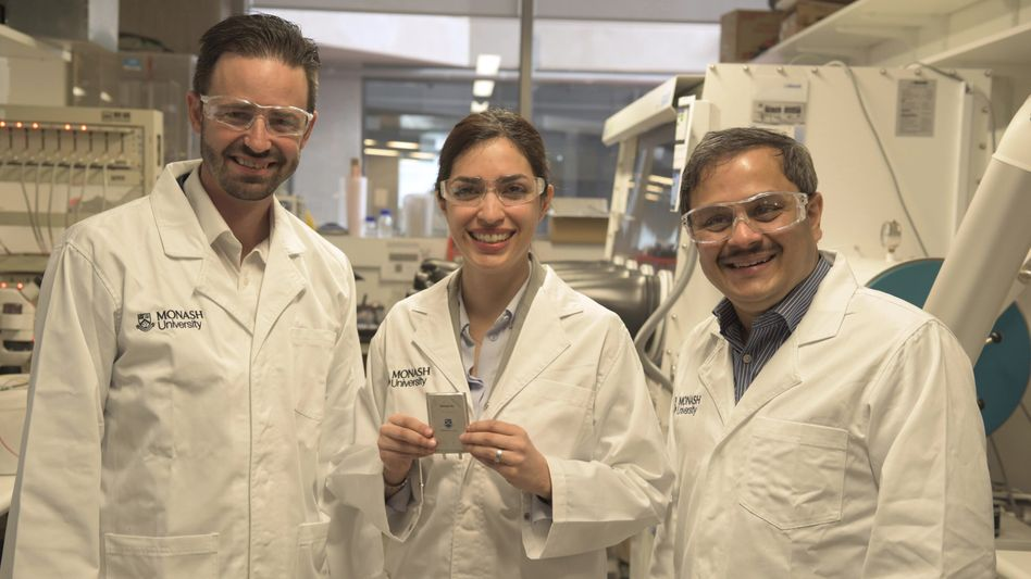 Matthew Hill (li.), Mahdokht Shaibani und Mainak Majumder präsentieren ihren Lithium-Schwefel-Akku