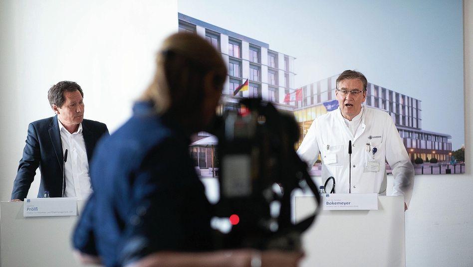 Direktor Bokemeyer (r.) auf Pressekonferenz: »Wir bauen Expertise auf«