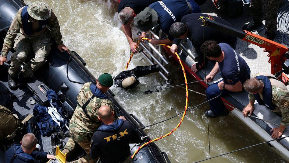 Einsatzkräfte nach dem Schiffsunglück in Budapest: 21 Menschen werden noch vermisst.