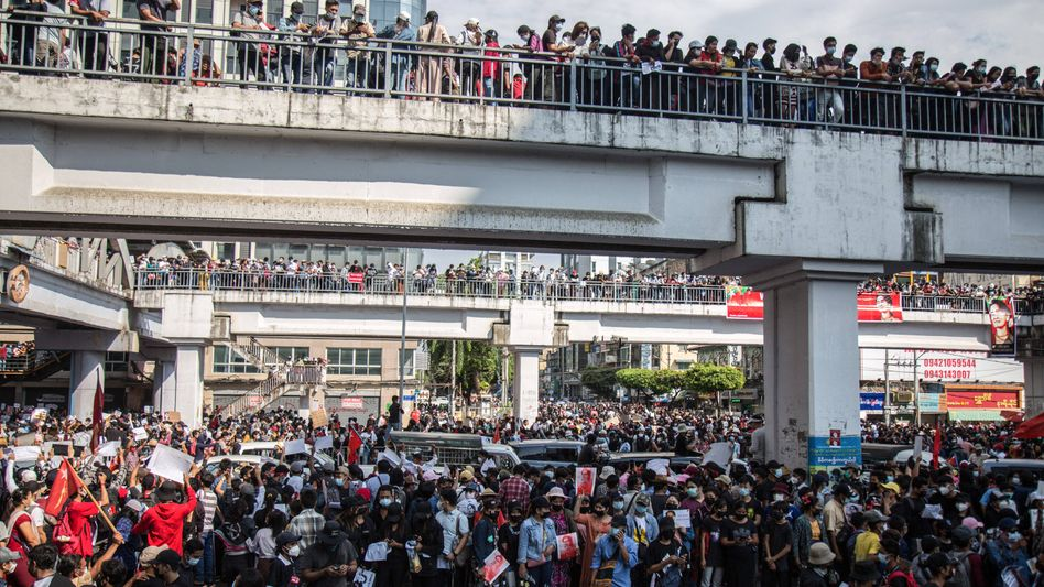 Tausende Menschen protestierten in Yangon, der Hauptstadt von Myanmar gegen den Militärputsch