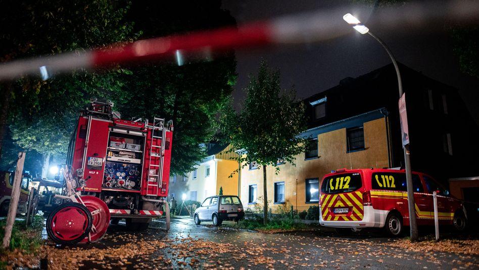 Feuerwehrfahrzeuge stehen vor dem Haus in Dortmund: Die Ermittlungen begannen mit dem Hinweis auf eine Waffe