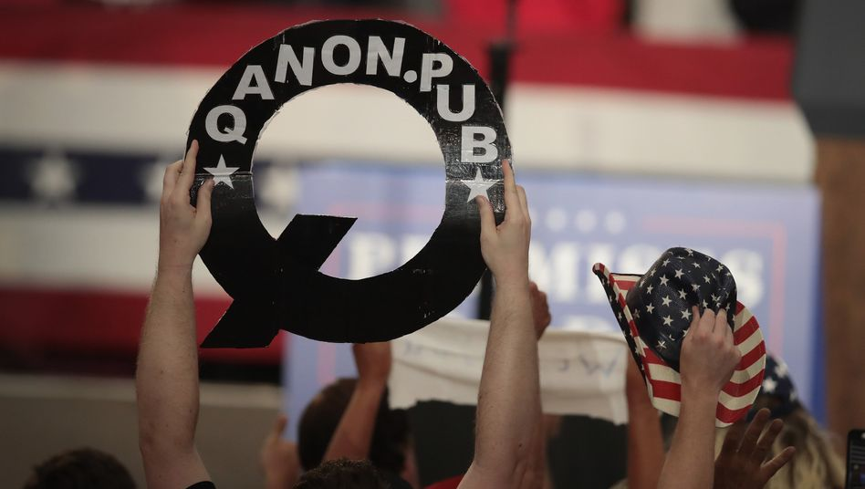 Anhänger der QAnon-Theorien bei einer Trump-Veranstaltung (Archivbild): Das FBI warnt deutlich