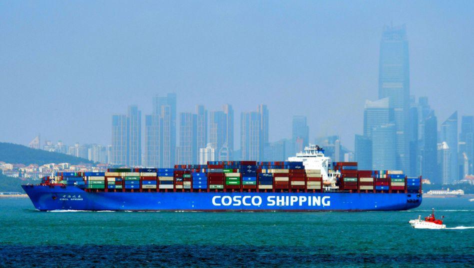 Containerschiff vor Qingdao