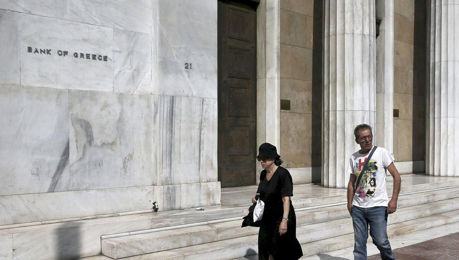 Passanten vor der Bank of Greece: Bürger glauben an den Euro