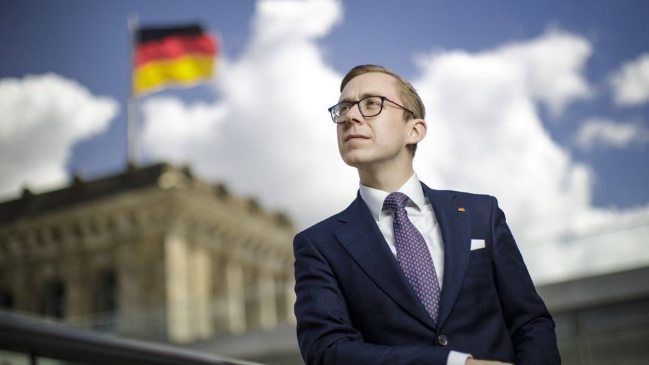 Philipp Amthor in patriotischer Pose