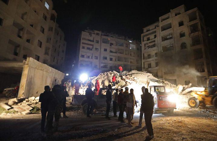 Rettungsarbeiten nach Luftangriff in Idlib