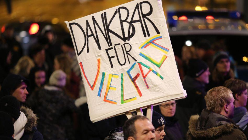 """Pegida-Gegendemonstranten in Dresden: """"Dankbar für Vielfalt"""" steht auf einem Plakat"""