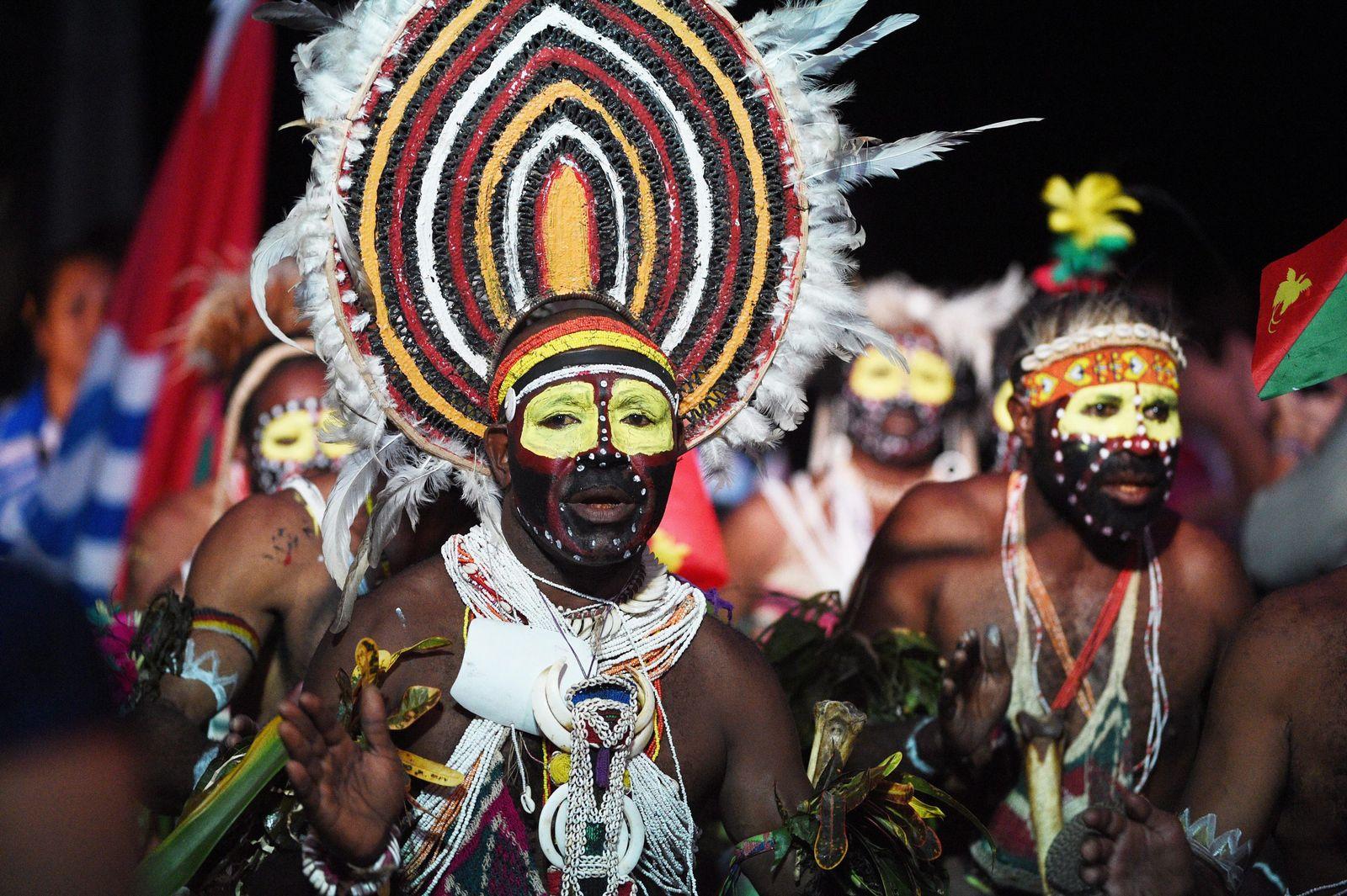 EINMALIGE VERWENDUNG Papua Tänzer/ Papua New Guinea