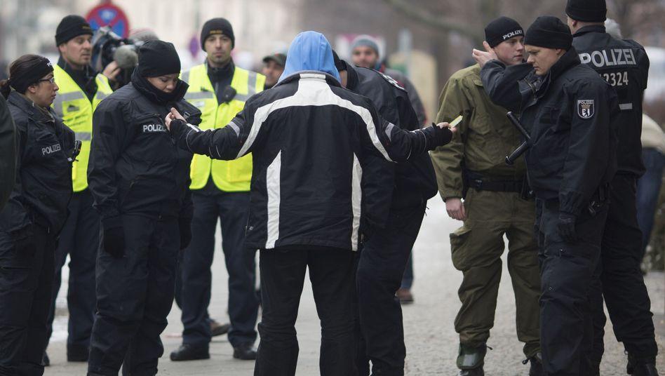 Polizisten bei Salafisten-Kundgebung (Archivbild): Große Anspannung