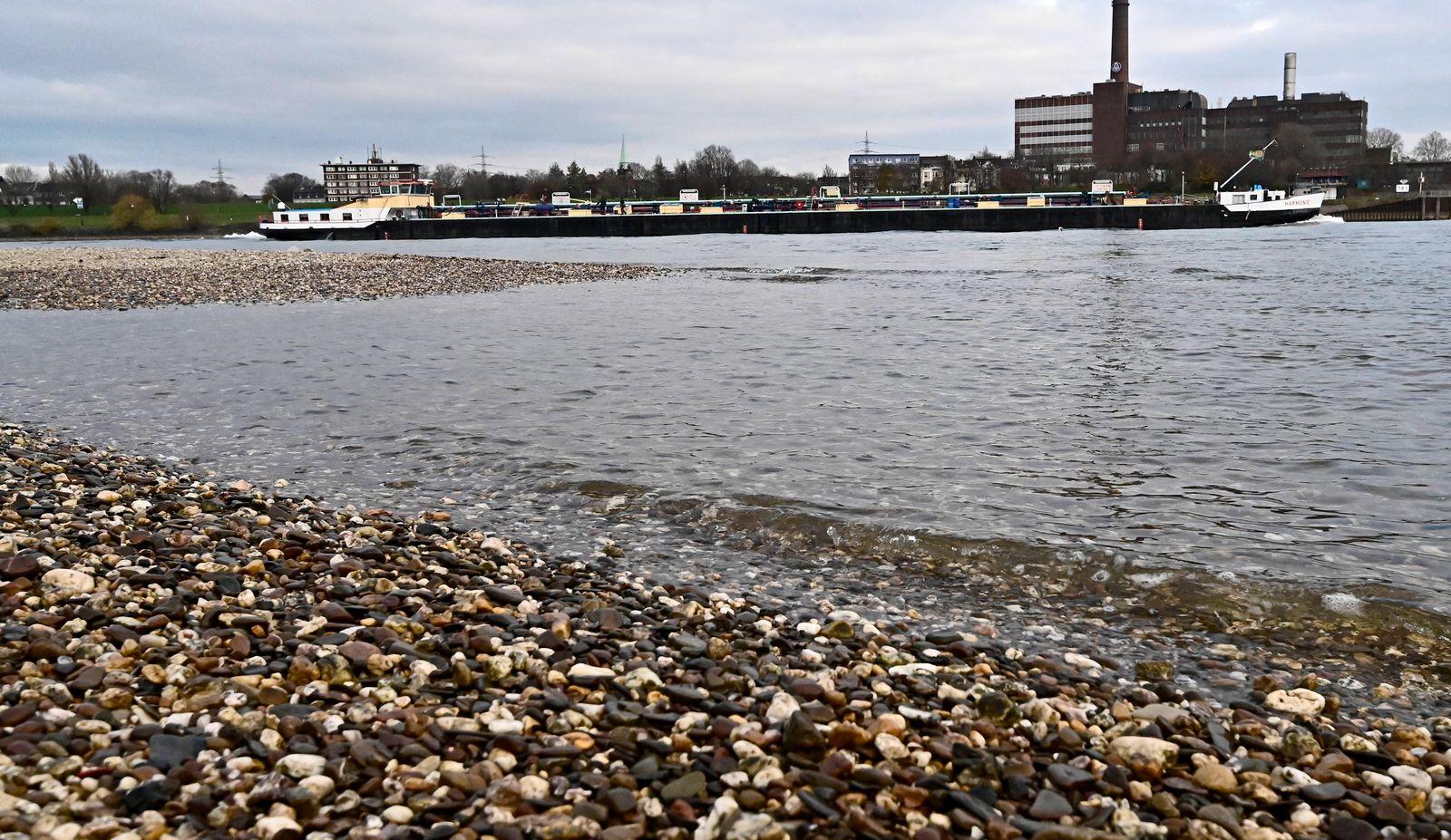 Binnenfracht-und Containerschiffe unterwegs auf dem Rhein bei Niedrigwasser,sie können nur die Hälfte der Fracht belade