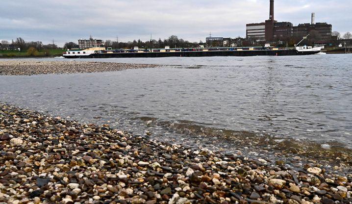 Transportschiff auf dem Rhein bei Niedrigwasser (am 8. Dezember 2020): Frachtpreise steigen