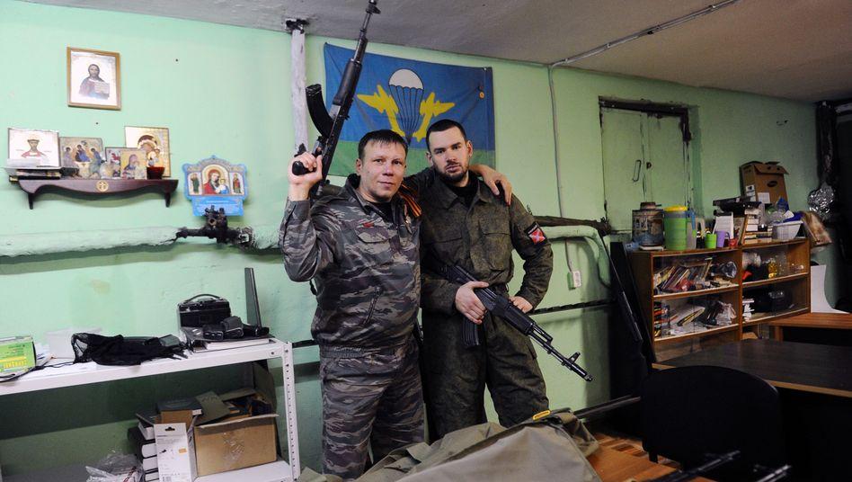 Zwei damalige Mitglieder der russischen Imperialbewegung mit Waffenattrappen in St. Petersburg (Archivbild von 2015)