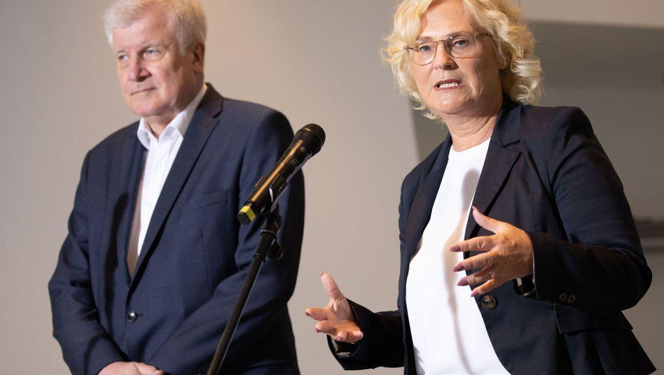 Christine Lambrecht und Horst Seehofer stellten das neue Maßnahmenpaket im Kanzleramt vor