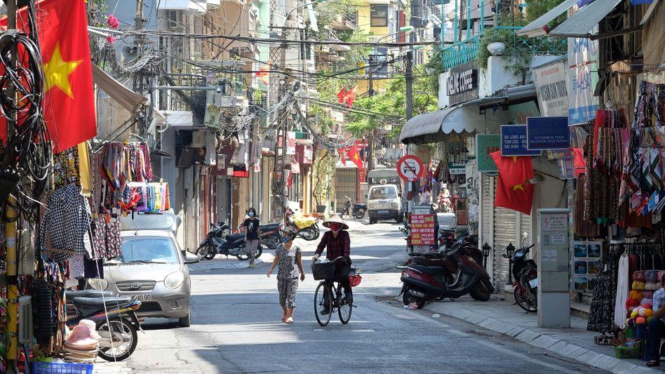Radfahrer und Spaziergänger in Hanoi