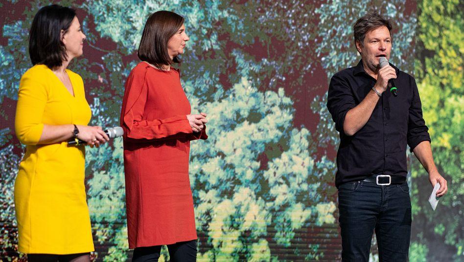Parteispitze in Deutschlandfarben: Robert Habeck (schwarz), Katrin Göring-Eckardt (rot) und Annalena Baerbock (gold) auf dem Grünenparteitag