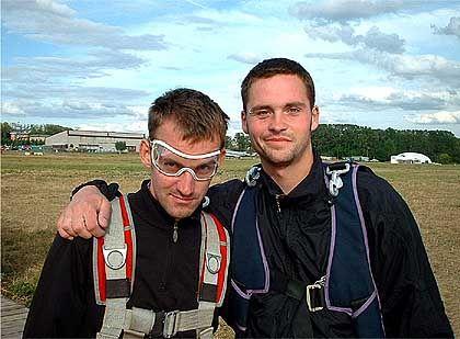 Vor dem Sprung: Felix und Kevin markieren wilde Entschlossenheit - jedenfalls für den Fotografen