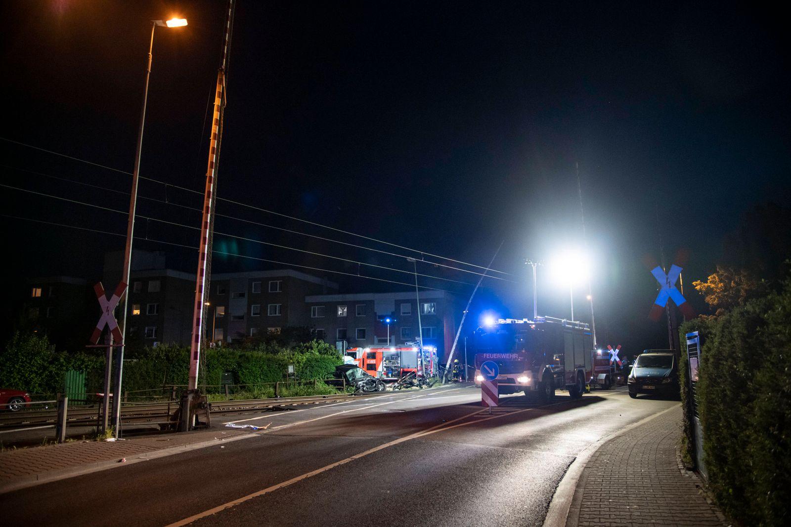 Zug erfasst Auto, Radfahrer und Fußgänger in Frankfurt Bei einem Unfall mit einem Zug, Fahrrad und Auto an einem Bahnüb