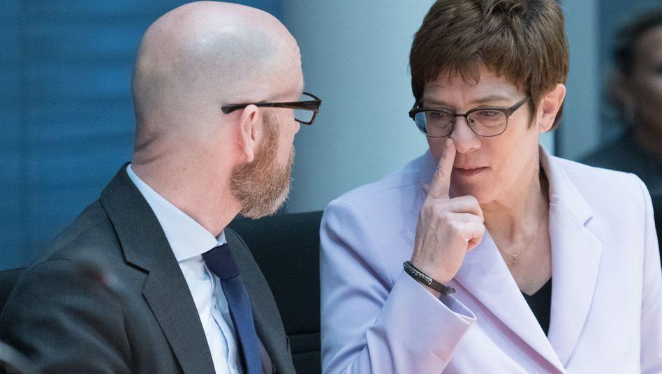 Peter Tauber (links) mit Annegret Kramp-Karrenbauer: Die MKS-180-Ausschreibung geht in die Niederlande