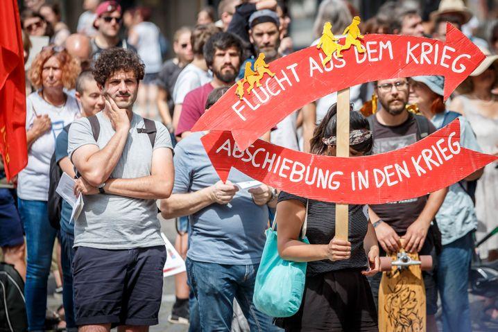 Pantisano bei einer Demonstration für Seenotrettung in Stuttgart 2019