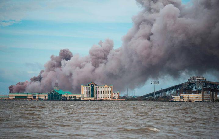 In der Stadt Lake Charles brach in einer Chemiefabrik ein Brand aus, dichte Rauchwolken zogen über die Gegend