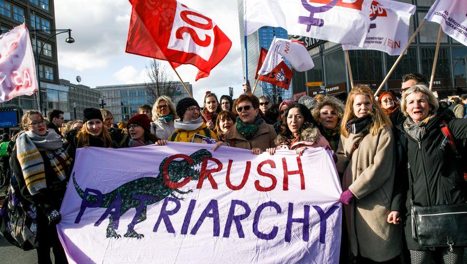 Protest am Frauentag 2019 in Berlin: Menschenwürde von Frauen geschützt