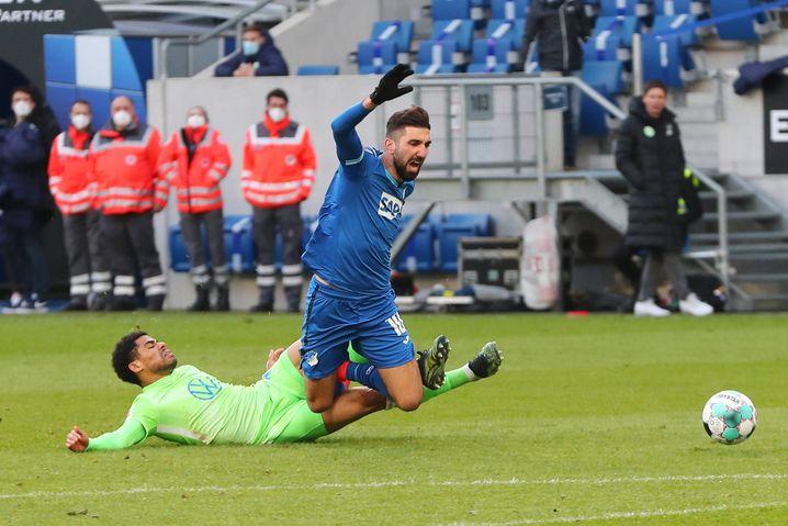 Wolfsburgs Paulo Otávio (l.) grätscht Hoffenheims Munas Dabbur brutal von hinten mit beiden Beinen um