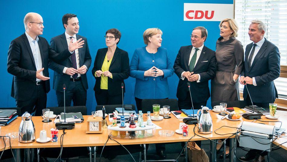 CDU-Bundesvorstand: v.l. Ralph Brinkhaus, Paul Ziemiak, Annegret Kramp-Karrenbauer, Angela Merkel, Armin Laschet, Julia Klöckner und Thomas Strobl