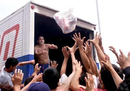 Um Plünderungen vorzubeugen, spendeten einige Supermärkte ganze Lkw-Ladungen voll Lebensmitteln, die anschließend verteilt wurden. Etwa 40 Prozent der Argentinier haben nicht genug Geld, um sich und ihre Familien zu ernähren