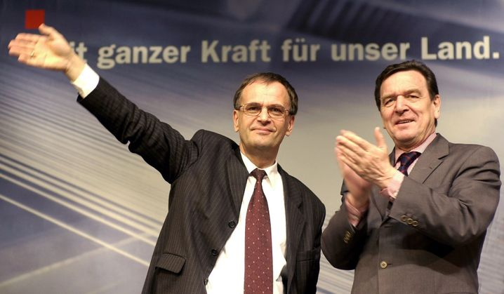 """Sachsen-Anhalts Ministerpräsident Reinhard Höppner mit dem damaligen Bundeskanzler Gerhard Schröder (im März 2002): Vorbild """"Magdeburger Modell""""?"""