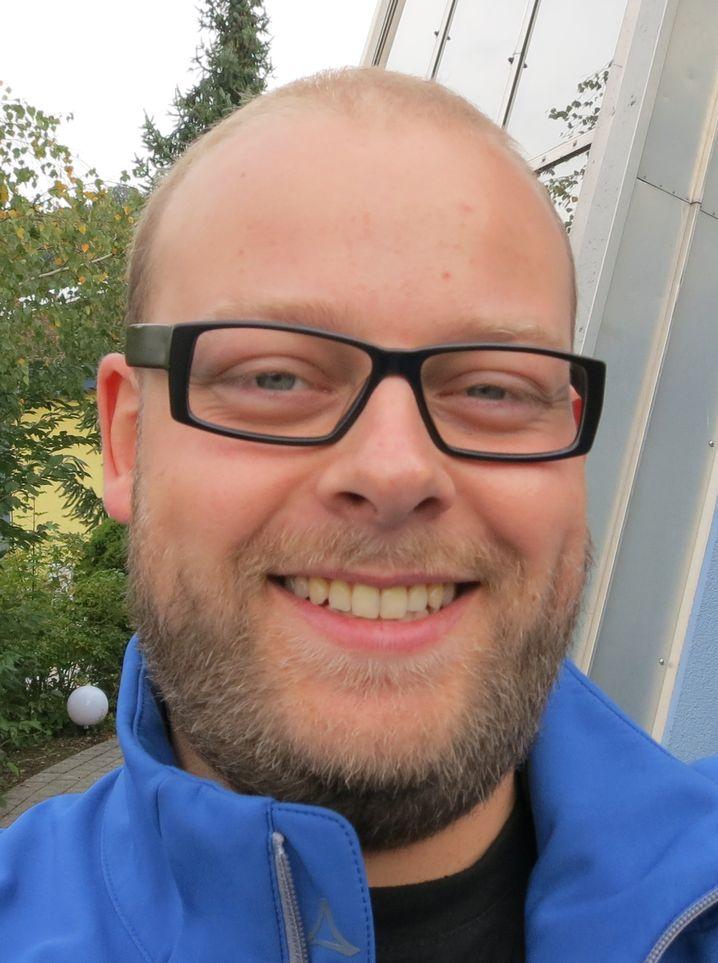 Steffen wollte Diplom-Chemiker werden. Doch nach zwei Semestern merkte er, dass Studieren nichts für ihn ist. Stattdessen machte er eine Ausbildung zum Buchhändler.