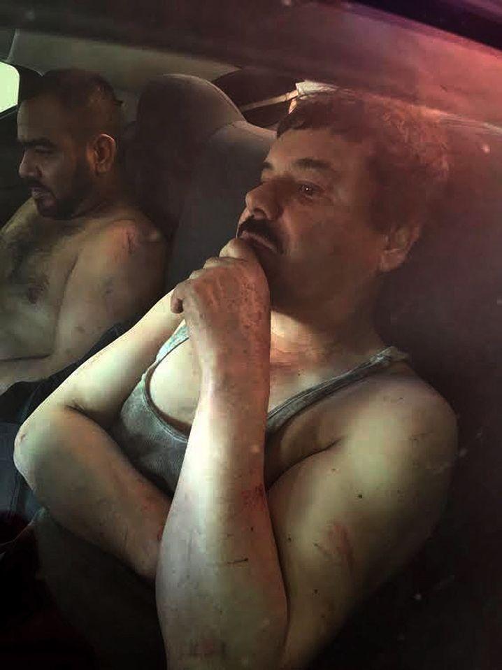 Guzmán nach seiner Festnahme (r.): Sechs Monate war er auf der Flucht
