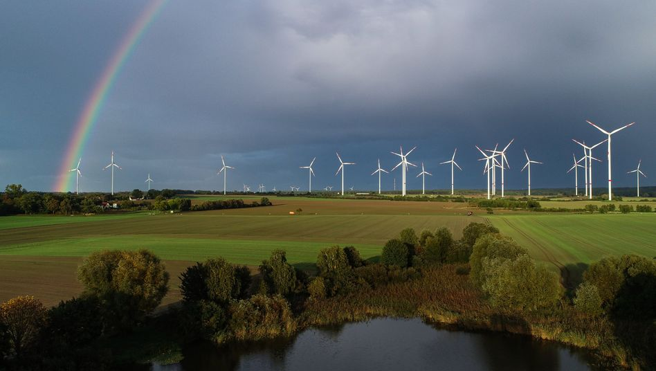 Somewhere under the rainbow: Ein Windpark in Brandenburg. Windanlagen produzieren zurzeit gut jede vierte Kilowattstunde Strom in Deutschland
