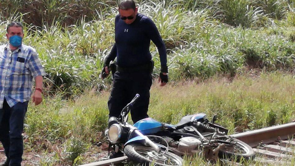Tatort mit dem Motorrad des Journalisten an den Bahngleisen von Veracruz