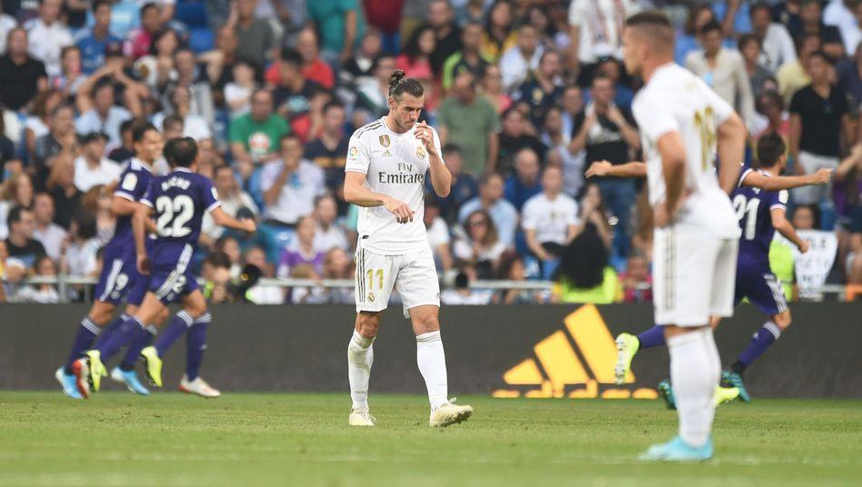 Ein Bild, zwei Geschichten: Während Spieler von Real Valladolid den späten Ausgleichstreffer bejubeln, schaut Real Madrids Gareth Bale (M.) ungläubig zu Boden