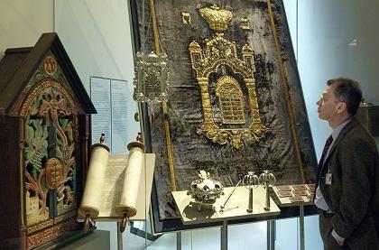 Tora-Rolle und Vorhang (Ausstellung im Jüdischen Museum Berlin): Askenasische Juden haben vier Urmütter