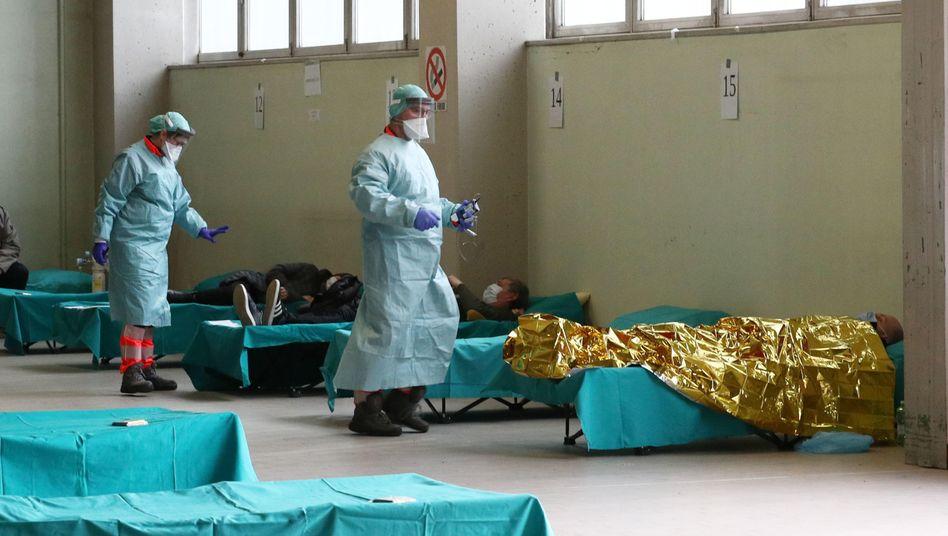 Vor dem Klinikum in Brescia testen Ärzte Verdachtsfälle auf das Coronavirus