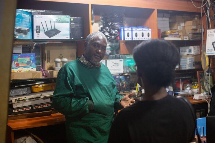 Semu Nsibirwa betreibt eigentlich einen Computerladen. Inzwischen ist er rund um die Uhr mit der Betreuung von Covid-19-Patienten beschäftigt