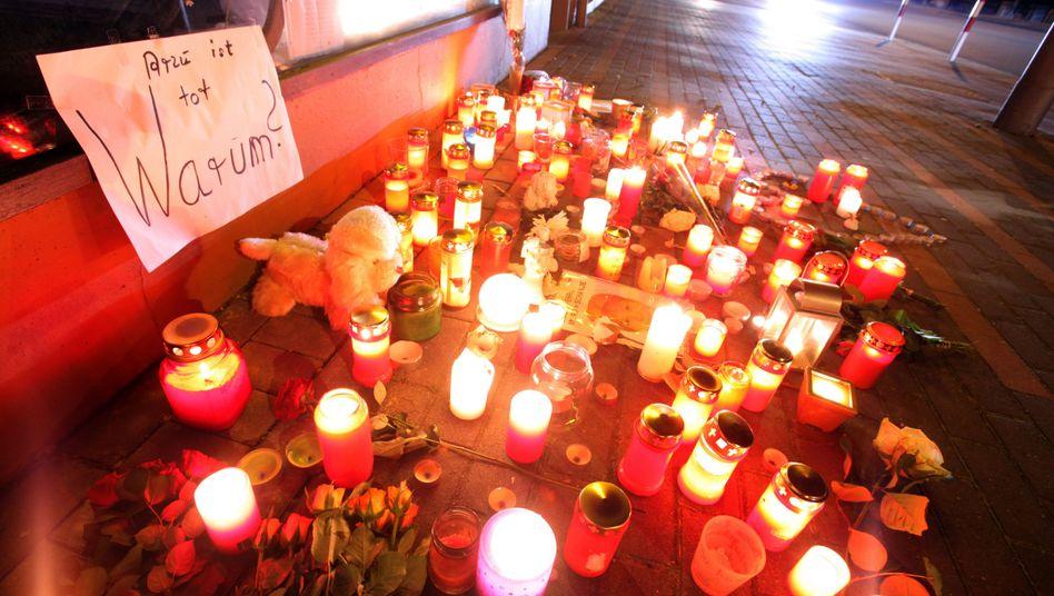 Grablichter und Kerzen in Detmold: Gedenken an Arzu Ö.