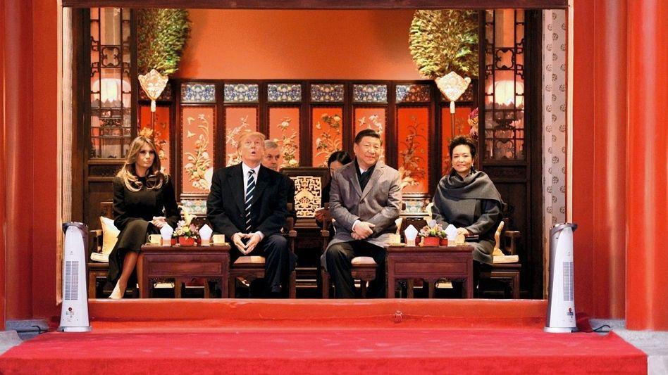 Präsidenten Trump, Xi mit Ehefrauen am 8. November in Peking: Der »Führer der freien Welt« ist auf Abschiedstour