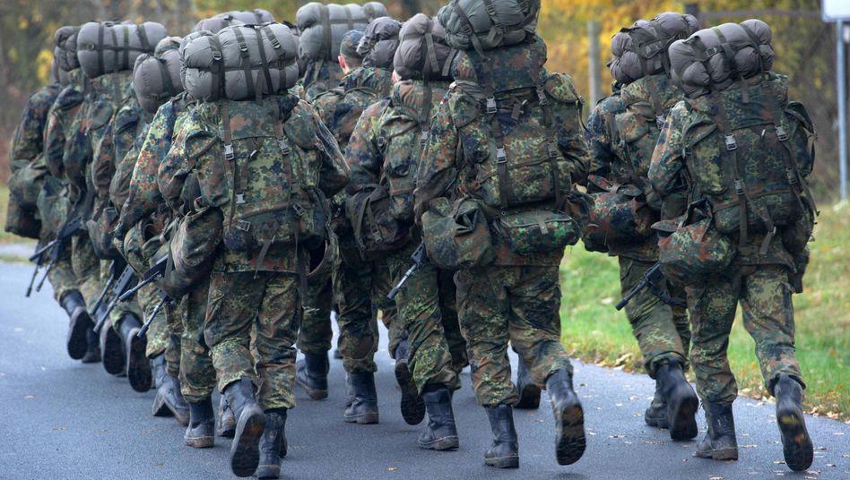 Bundeswehrsoldaten in der Grundausbildung marschieren (Symbolbild)