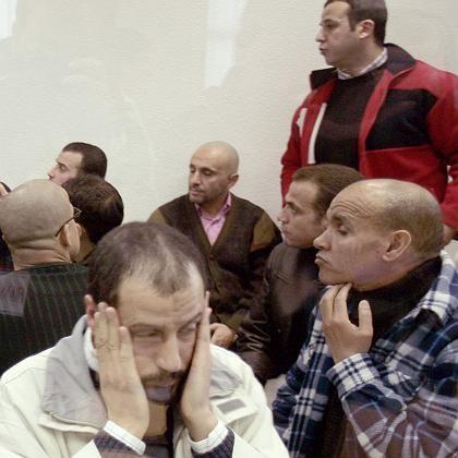 """Angeklagter Rabei Osman Sayed Ahmed (vorne) mit Mitangeklagten im Gerichtssaal: """"Ich will, dass sie mich gut sehen"""""""