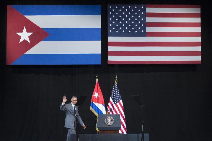 Obama vor den Flaggen Kubas und der USA im Gran Teatro