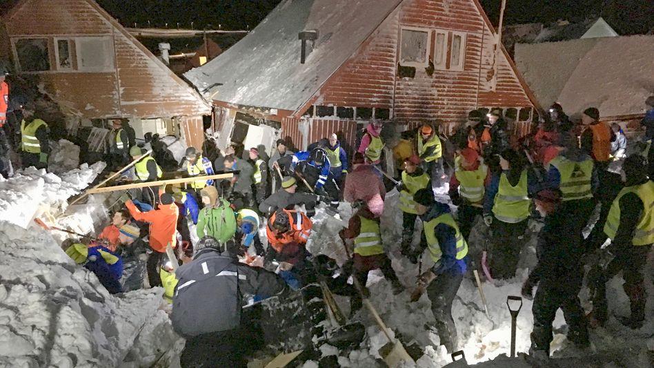 Helfer in Longyearbyen: Mehrere Vermisste nach Schneelawine
