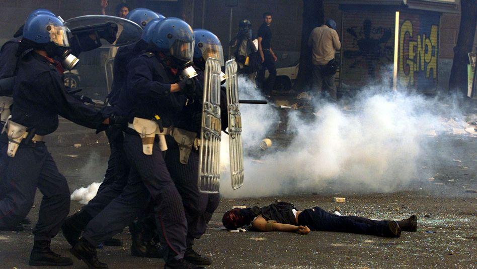 Polizisten im Einsatz beim G8-Gipfel in Genua im Sommer 2001