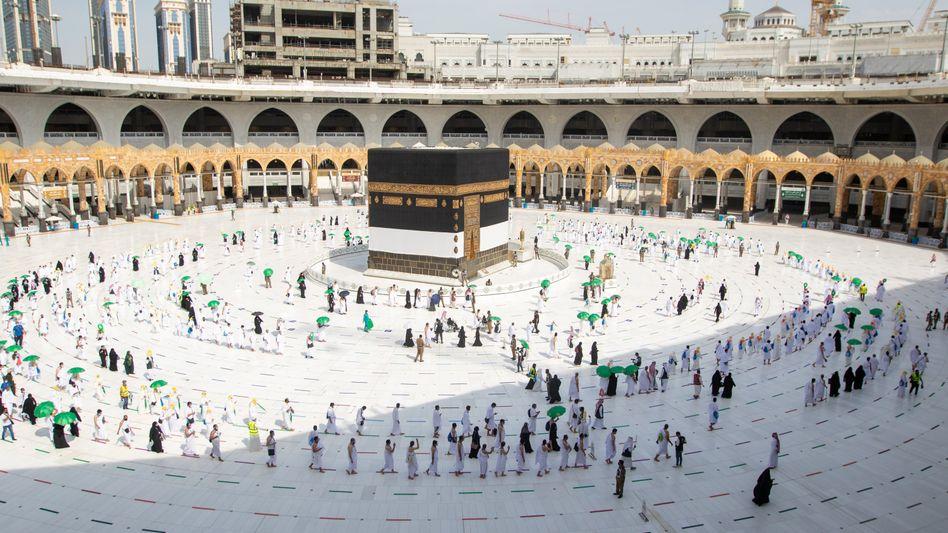 Mekka: Gläubige umrunden die Kaaba in der Großen Moschee mit Sicherheitsabstand
