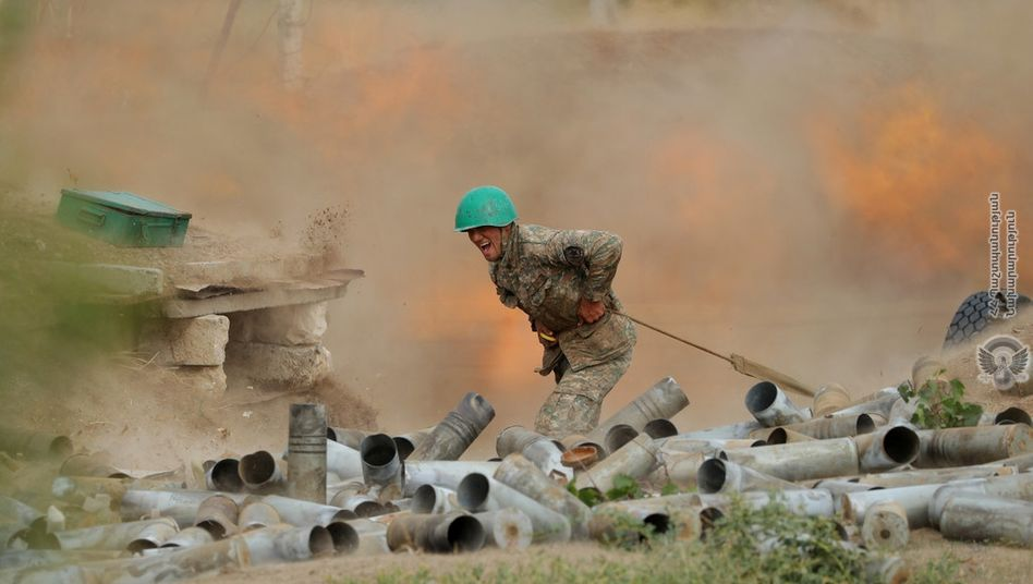 Armenischer Soldat feuert auf Stellungen Aserbaidschans: Heftige Gefechte, Hunderte Tote