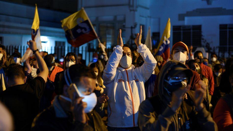 Anhängerinnen und Anhänger von Kandidat Andrés Arauz nach der Wahl