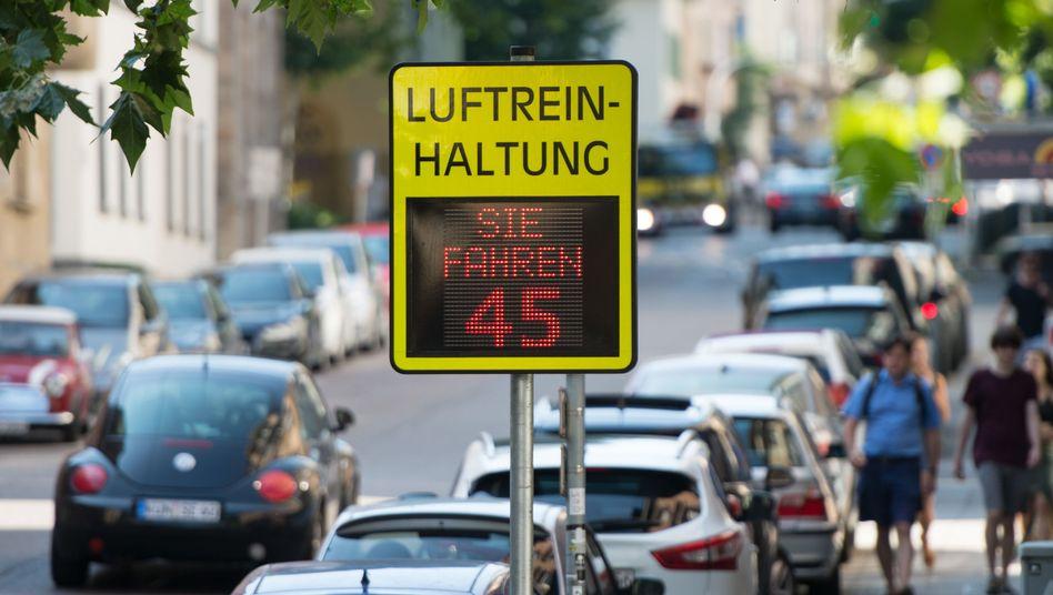 Eine Luftreinhaltungsanzeige in Stuttgart