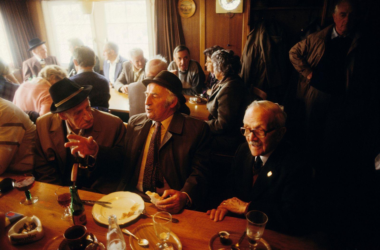 ?ltere Appenzeller am Wirtshaustisch, Hundwil 1989